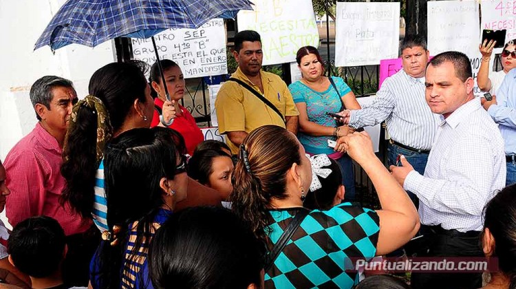 Padres de familia protestan por falta de maestro